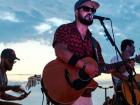 Com festa temática, banda Xapa faz luau na Capital