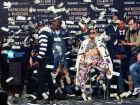 Vídeo: Mayweather joga dinheiro em McGregor durante evento para promoção de luta