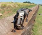 O carro saiu da pista, capotou, bateu no guard rail e parou na valeta as margens da rodovia