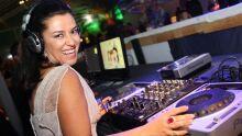 Maika pilotando a mesa do DJ