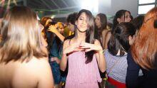 A irmã Gigi dançando com as amigas