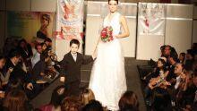 Alessandra Piano desfila com o vestido que usou em seu casamento assinado por Gleide Flores