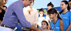 Com economia de R$ 1,6 milhão, prefeitura entrega kits escolares