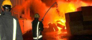 Incêndio ameaça destruir loja de departamentos