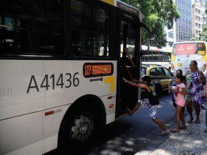 Greve de caminhoneiros afeta postos de gasolina e ônibus no Rio
