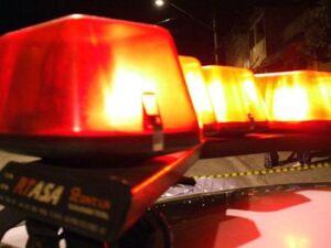 Jovem é morto a tiros enquanto caminhava com irmão