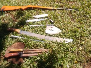 PMA apreende caçador com rifle, munições e facas