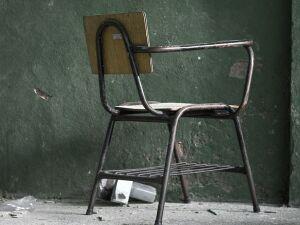 Professora é atingida com cadeirada na cabeça por aluno