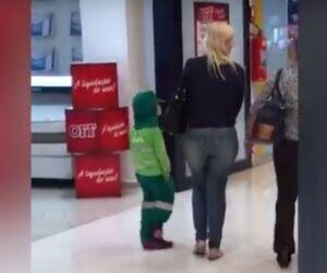 Vídeo: Criança com uniforme da Solurb chama atenção na internet