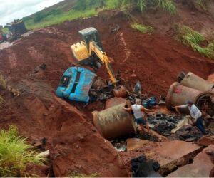 Destroços de caminhão que caiu em cratera são retirados
