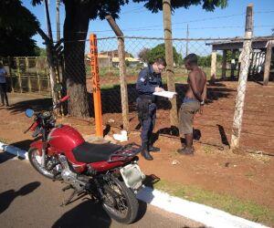 Homem é preso em flagrante tentando roubar moto