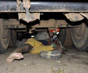 Acidente entre duas motos e carreta deixa motoqueiro em estado grave