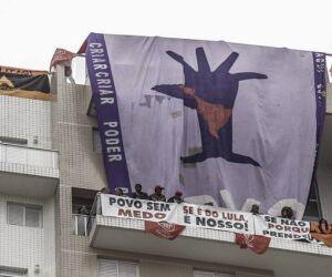 MTST e Frente Povo sem Medo ocupam triplex atribuído a Lula