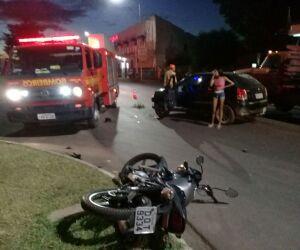 Mulher quebra a perna em colisão entre carro e moto