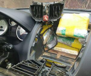 Mais de 95 quilos de maconha são encontrados em veículo
