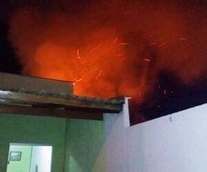 Incêndio em terreno baldio causa alerta em moradores