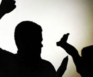 Mulher é agredida no pescoço e nos braços por esposo