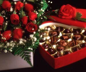 Restaurantes e bares presenteiam casais com rosas, bombons e até joias