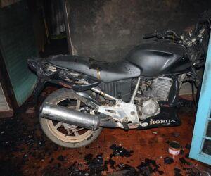 Casa e moto são destruídas por incêndio