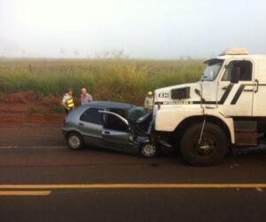Motorista embriagado bate de frente com caminhão