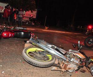 Três pessoas ficaram feridas em colisão frontal entre motos