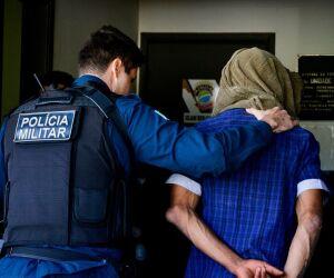 Populares capturam rapaz que furtou residência