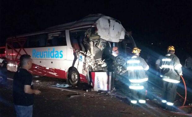 Uma morre e 36 ficam feridos depois de ônibus colidir em caminhão