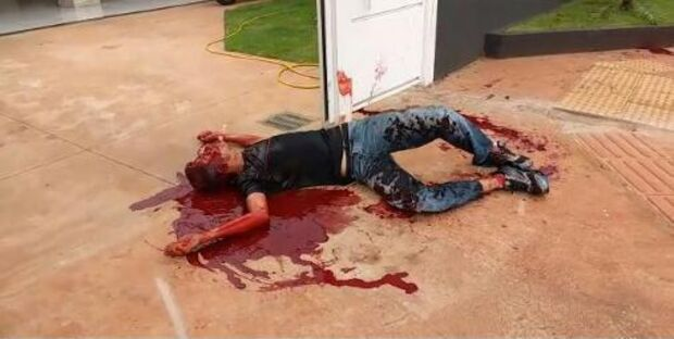 Vídeo: imagens fortes - assaltante atrapalhado mata parceiro de crime