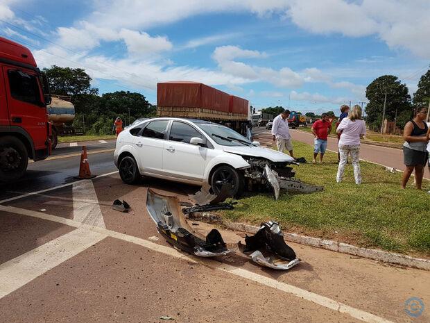 Em colisão entre carro e bitrem família sai ilesa