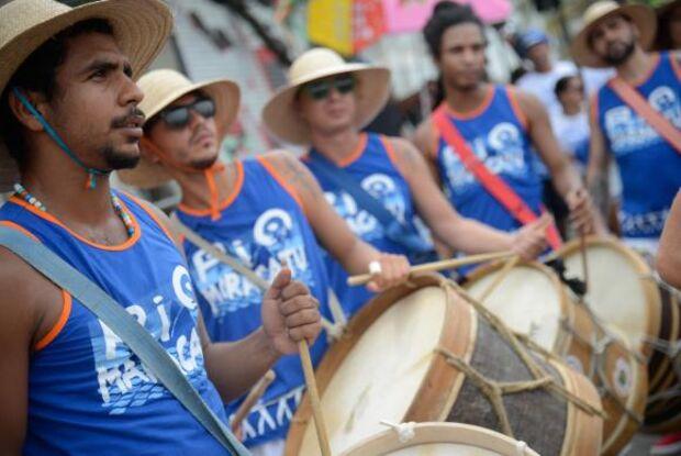 No Rio, Bloco Rio Maracatu leva cultura pernambucana à praia de Ipanema