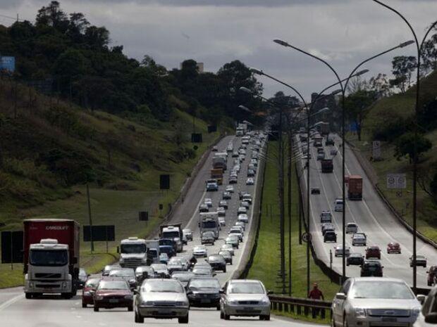 Motorista já encontra lentidão nas rodovias litorâneas de São Paulo
