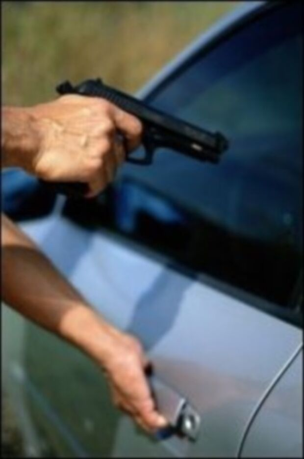 Mulher resiste a roubo de carro e é agredida e arrastada pelos bandidos
