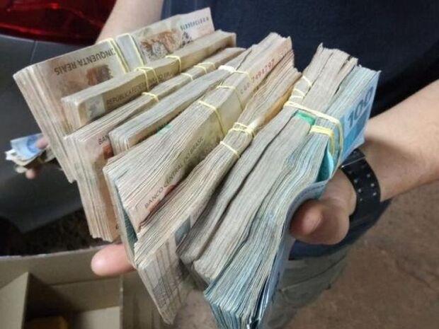 PF encontra mais de R$ 94 mil escondidos em câmbio de carro de PM