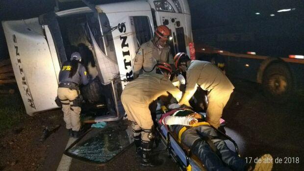 Carreta tomba na BR-262 e motorista fica preso nas ferragens
