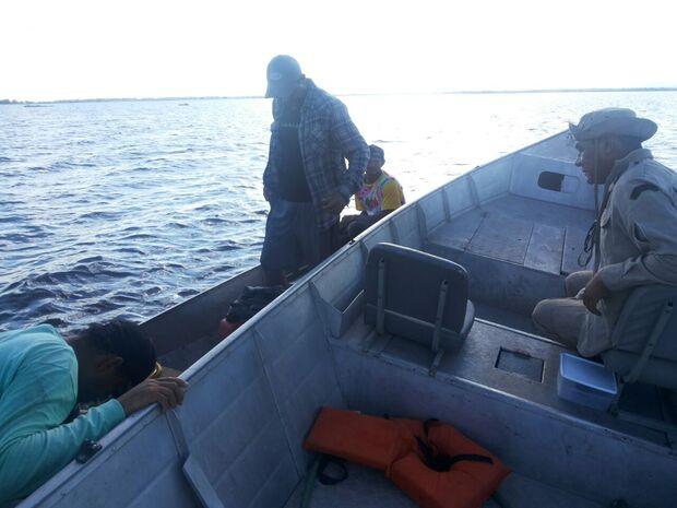 Bombeiros salvam pescadores perdidos em rio