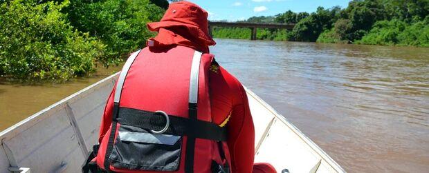 Buscas por mulher desaparecida em rio continuam