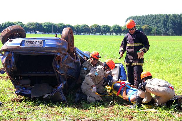 Jovem fica em coma após capotar carro na BR-060