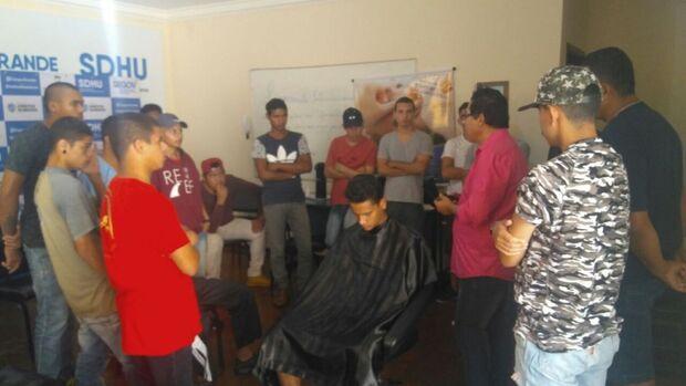 Egressos da Unei recebem curso gratuito de barbeiro