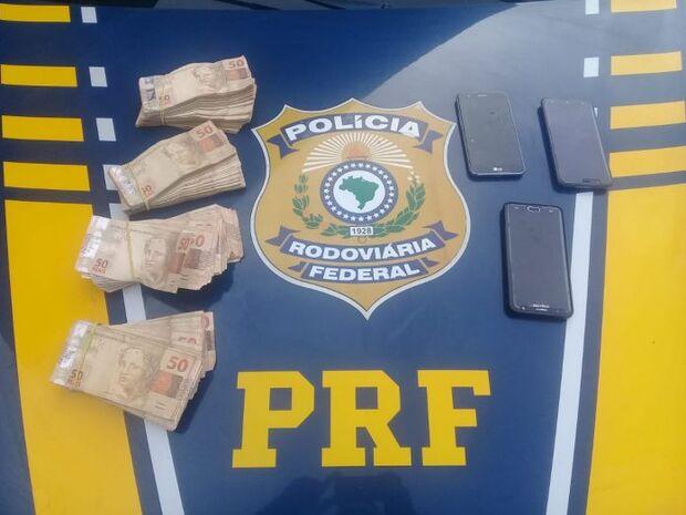Polícia recupera carro roubado; batedores estavam com mais de R$ 37 mil