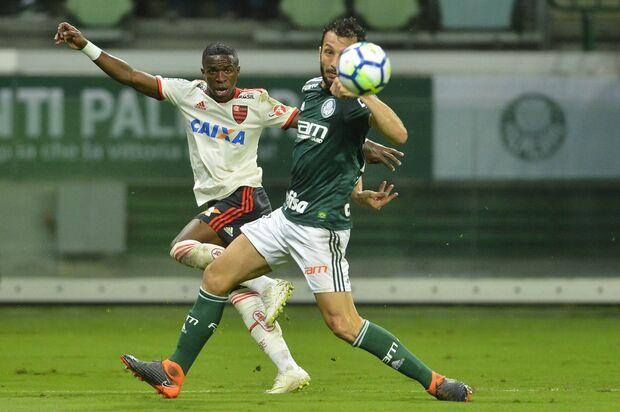 Flamengo empata com o Palmeiras e segue na liderança
