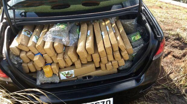 Policiais encontram carro abandonado carregado de maconha