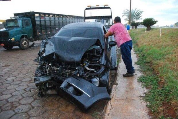 Traficante tenta fugir de policiais e colide em caminhões