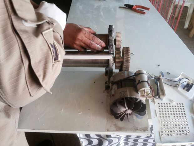 Trabalhadora fratura três dedos ao prender a mão em máquina de pastel