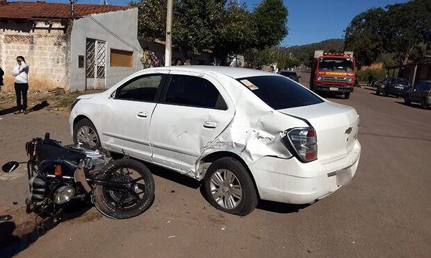 Colisão entre carro e moto deixa adolescente ferida