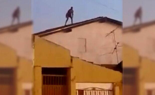 Vídeo: Moradores registram homem descontrolado destelhando casa