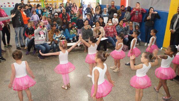 Bailarinas recebem uniformes confeccionados por detentas