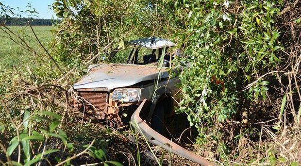 Ao tentar desviar de buraco, motorista perde controle e capota carro na MS-276