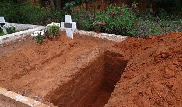Homem é encontrado ferido dentro de cova em cemitério