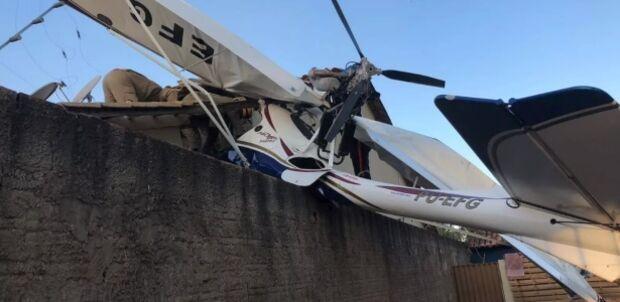 Avião de pequeno porte cai em área residencial