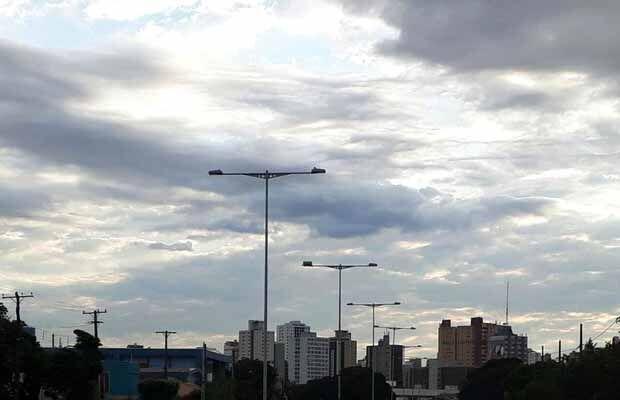 Quinta-feira de céu nublado com pancadas de chuva, em Campo Grande